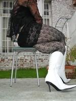 Botte blanche avec lacets derriere chemise transparente et robe noir34