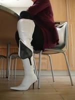 Bottes blanches a talon tailleur mauve 4