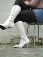 Botte Blanche a talon avec boucle sur le pied avec jupe en jeans27
