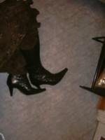 botillon noir dessin dentelle avec jupe a fleurs maron13