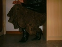 botillon noir dessin dentelle avec jupe a fleurs maron92