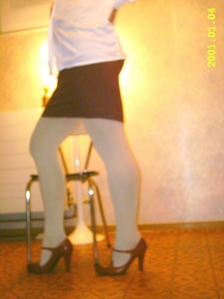 jupe bordeau  chaussures bordeau avec bride collant blanc 4