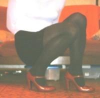 jupe courte noir avec collant noir et chaussures bordeaux avec bride  20