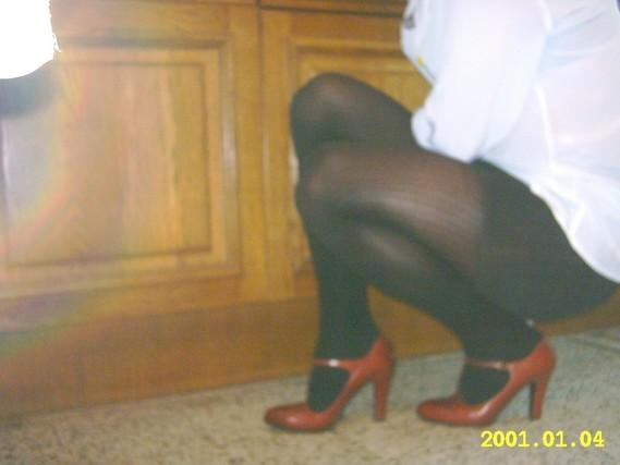 minijupe noir collant noir et talons bordeau avec bride 2
