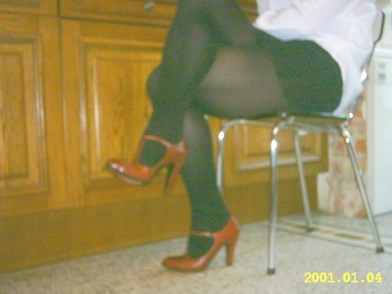minijupe noir collant noir et talons bordeau avec bride 1