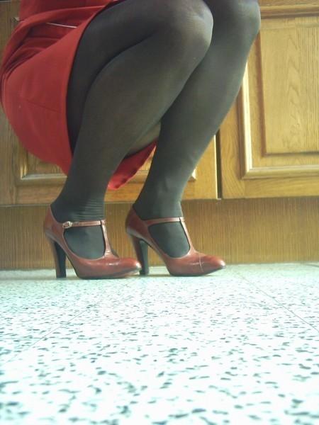 robe rouge collants noir chaussure bordeau 10 cm 4
