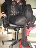 Chaussures rouges dain avec miijupe noir1