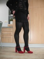 Chaussures rouges dain avec miijupe noir2
