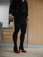 Chaussures rouges dain avec miijupe noir3