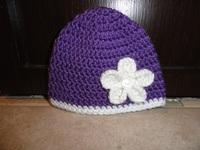 Chapeau mauve fleur blanche