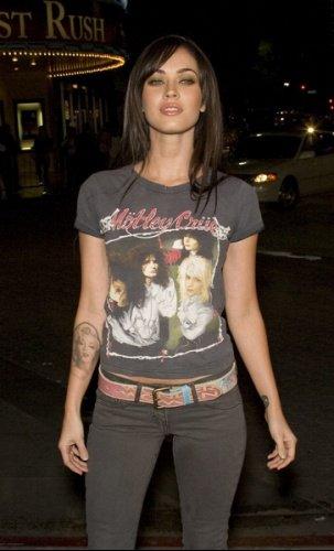 Megan Fox de pied