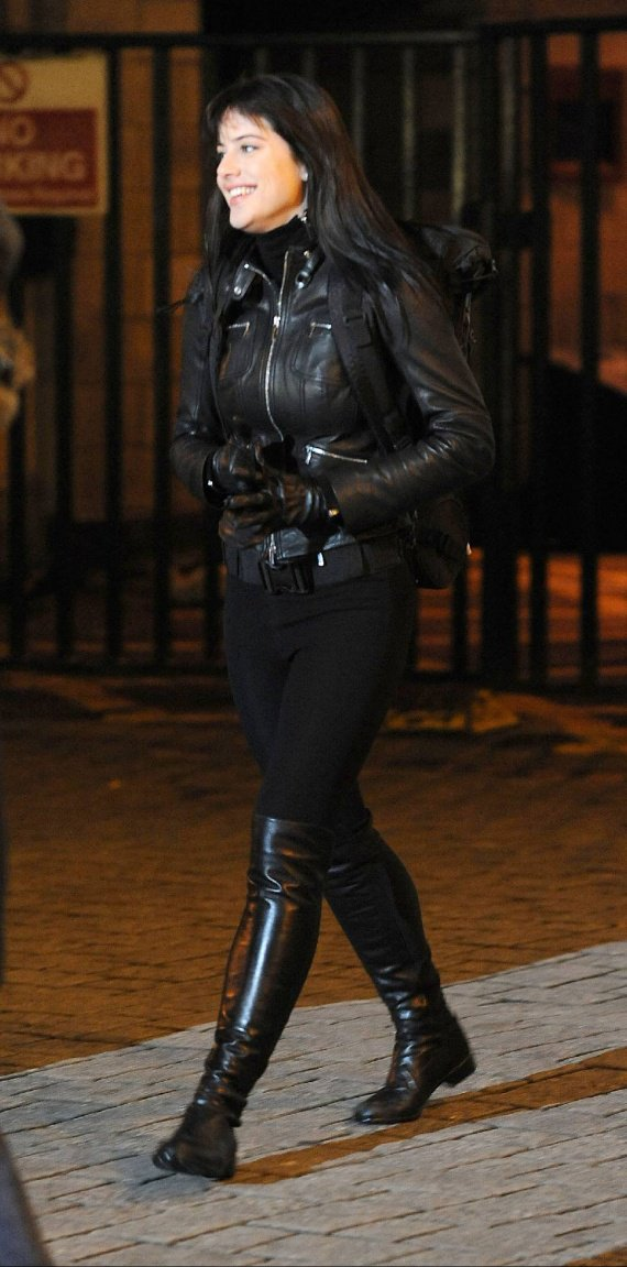 51304_Michelle_Ryan_2009-01-22_-_filming_the_Doctor_Who_Easter_special_624_122_7lo