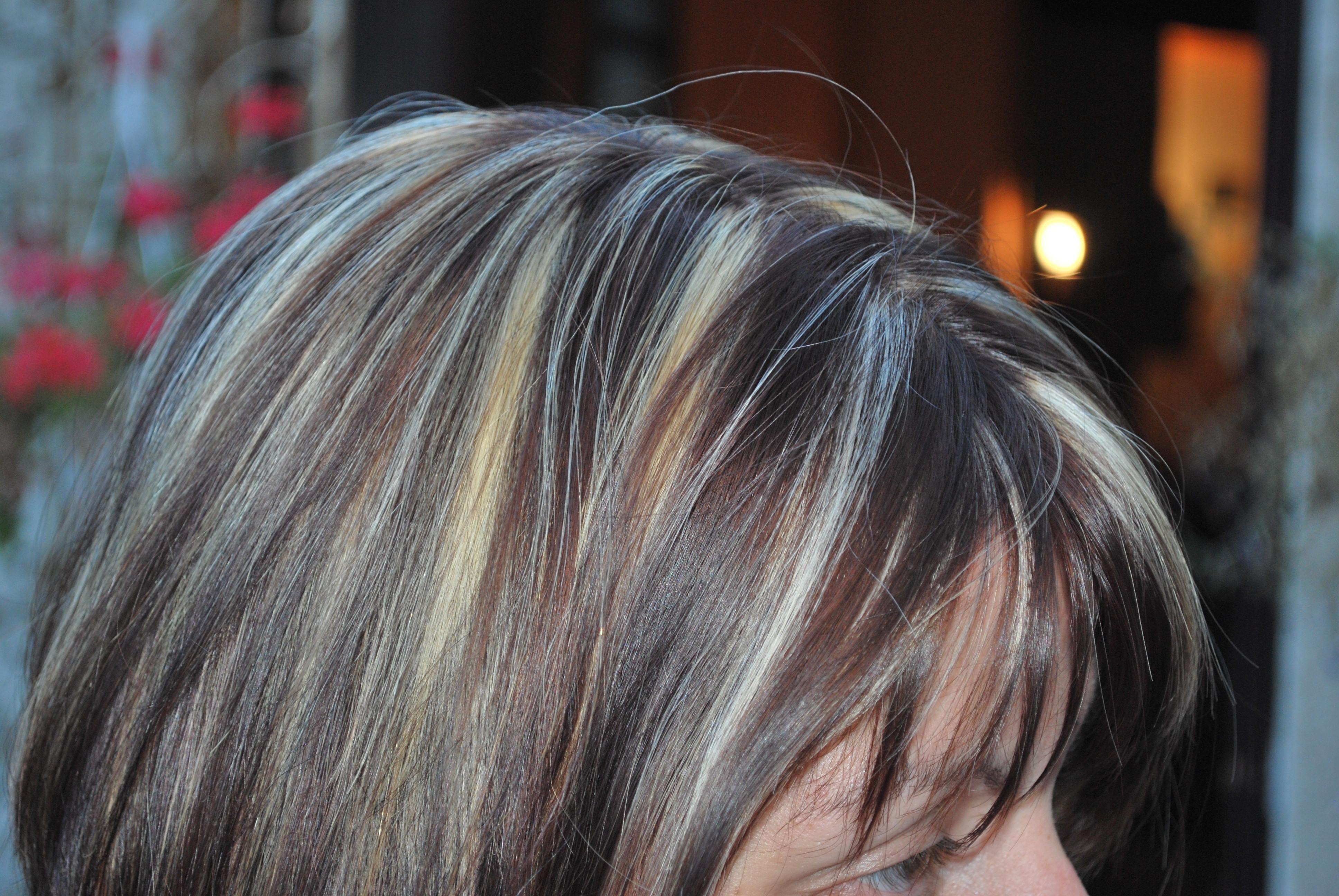 Meche marron sur cheveux blond perruque demitte brune avec mches blondes boucls nickie - Meche marron glace ...