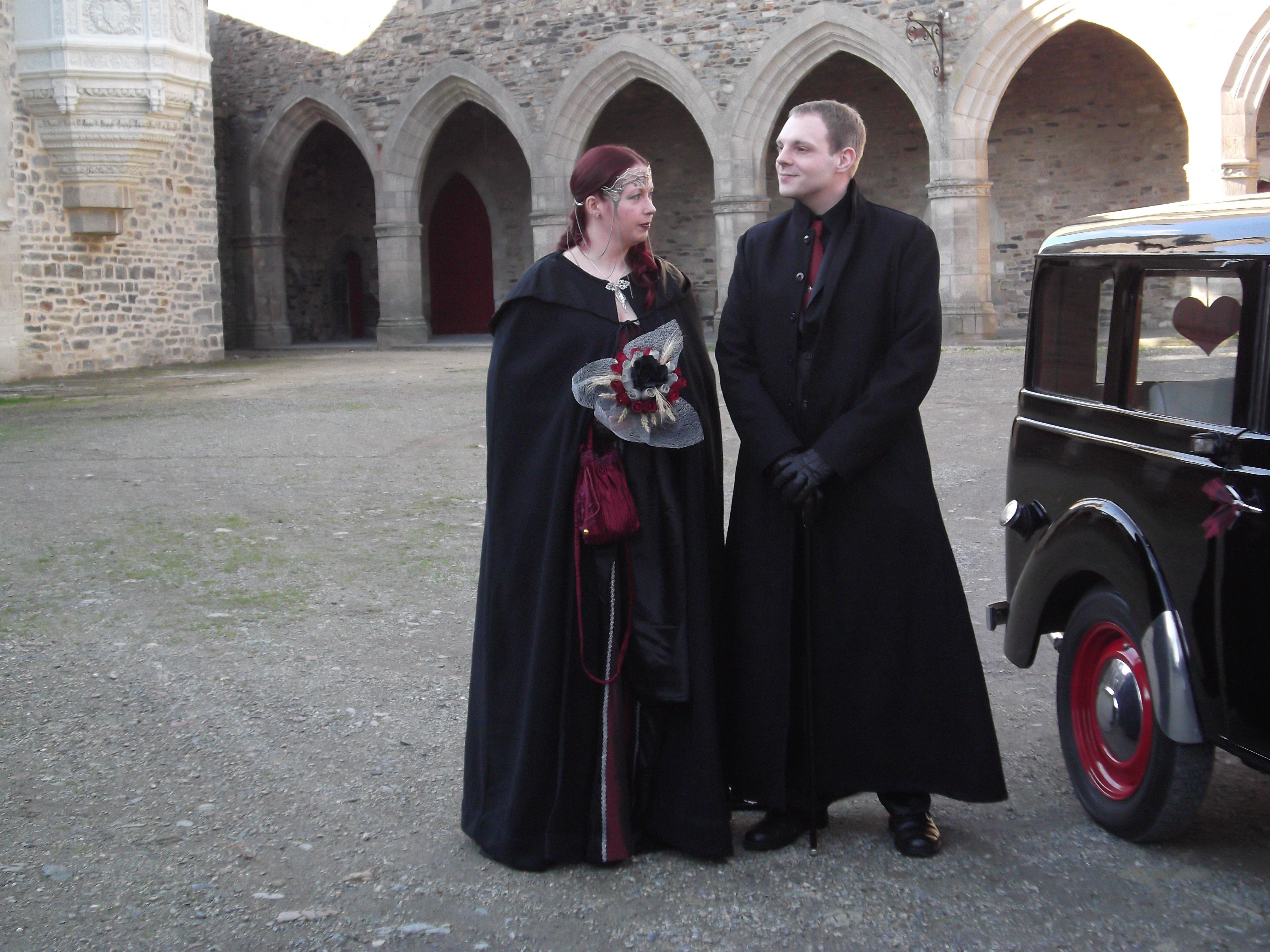 Les mariés dans la cour