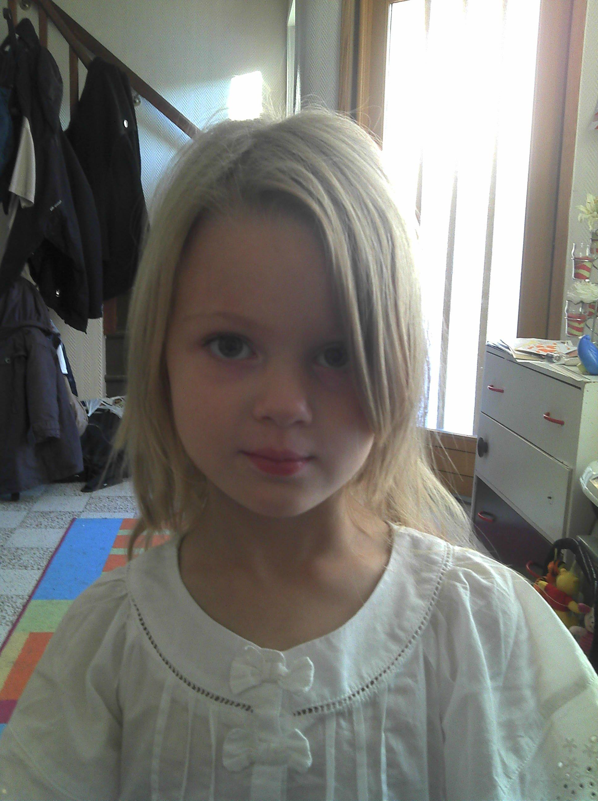 Couper les pointes des cheveux de sa fille