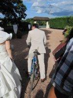 Le marié part sur son vieux vélo...