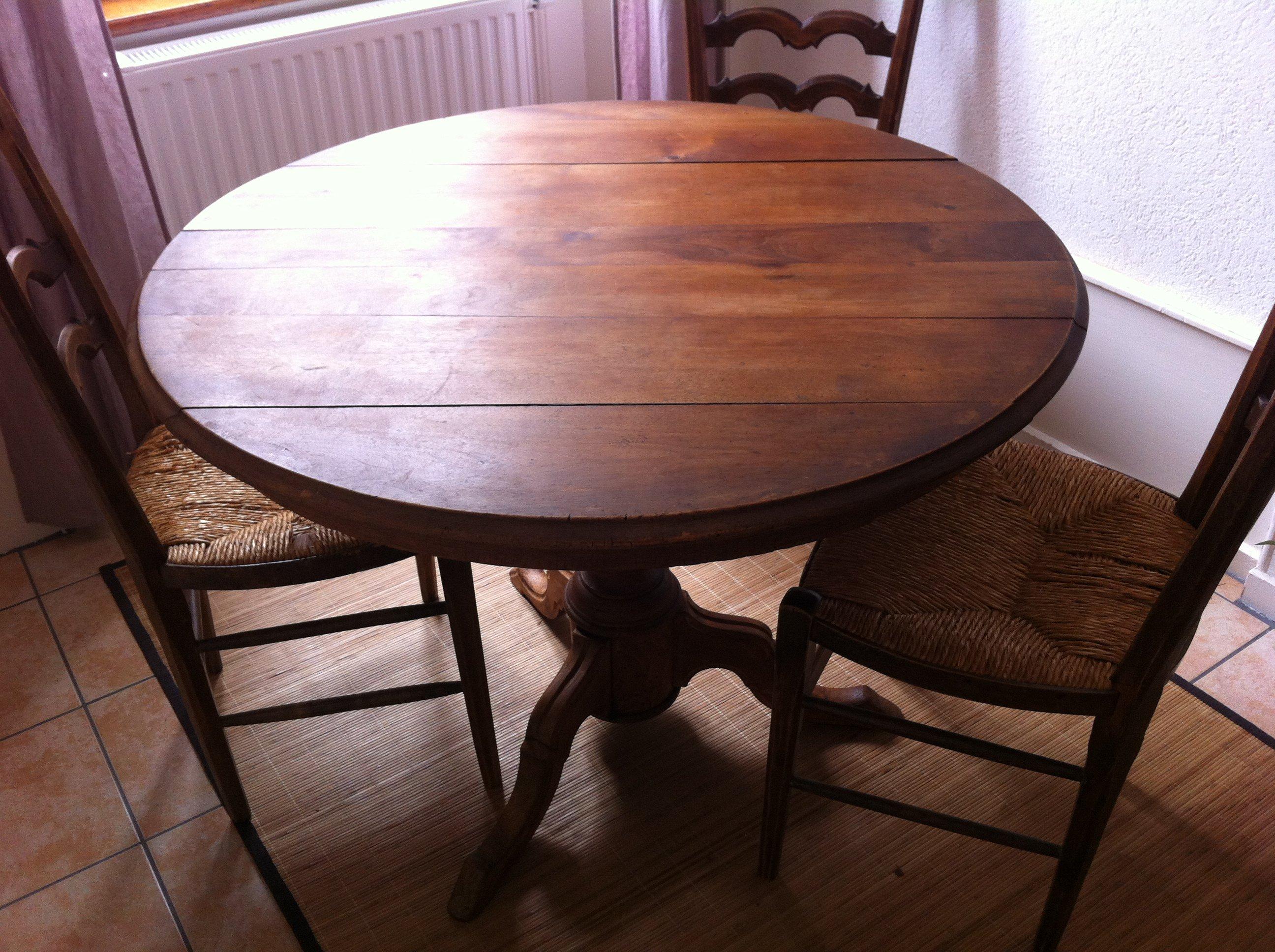 Chaises Modernes Design Avec Une Table Ancienne Photos