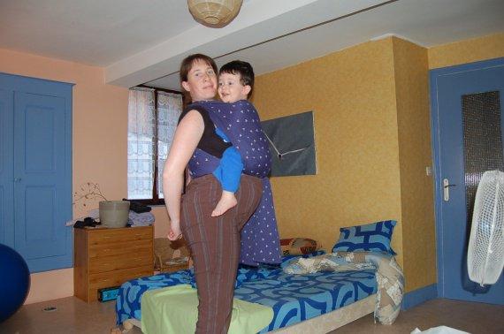2009 07 25 (29) portage très haut a cause de mon ventre, mais c la hauteur pour un tout petit