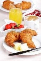 assiette croissants café jus orange fraises