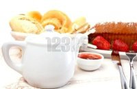 petit déj cafetière pains cake fraises confiture