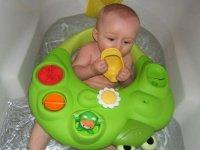 alexys dans son bain 6 mois et demi