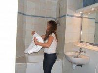 lolette qui met quelques boissons au frais !! dans le lavabo !!!