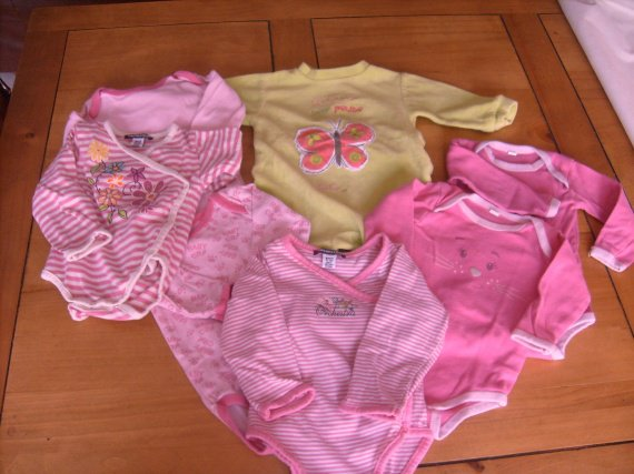 Lot 1 pyjama   in extenso   tbe , 6 mois et 6 jolis bodies , 5 € .
