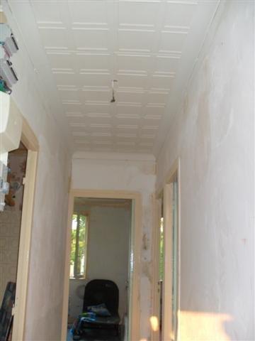 Couloir avec plafond repeint et sans le papier peint ma - Image murale a tapisser ...