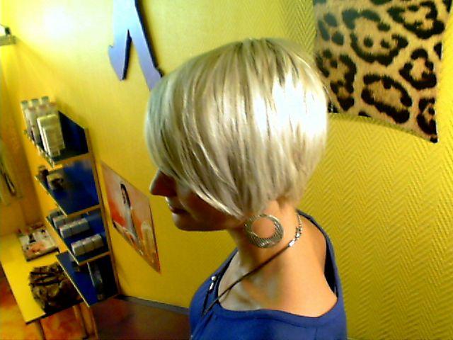 Coupe de cheveux court derriere long devant femme