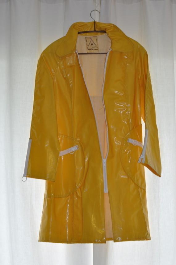 Ciré jaune avec pli creux au dos