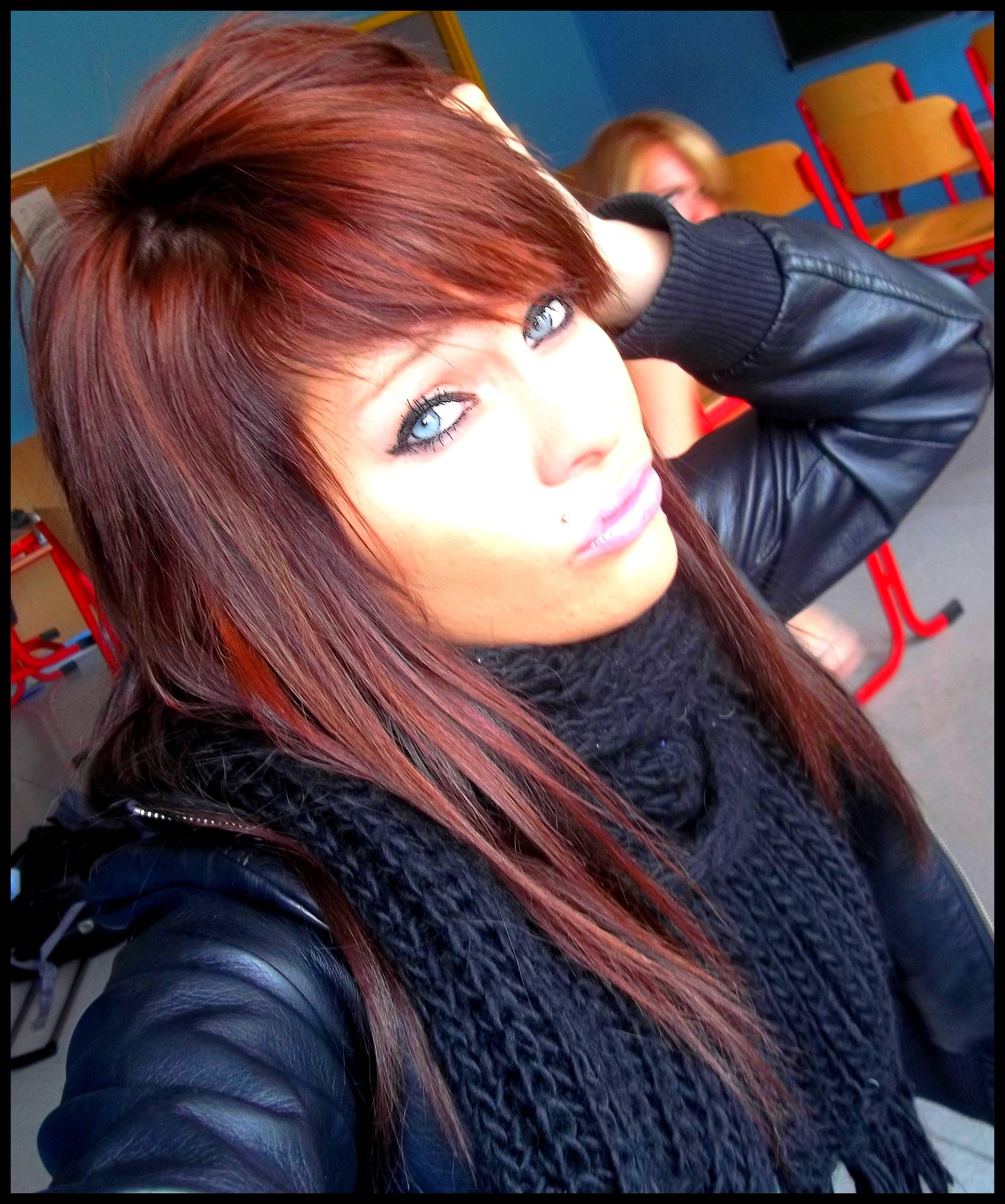 Coupe de cheveux avec du rouge