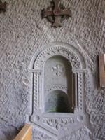 Fontanges, bénitier de la chapelle monolithe,sculpté dans le rocher