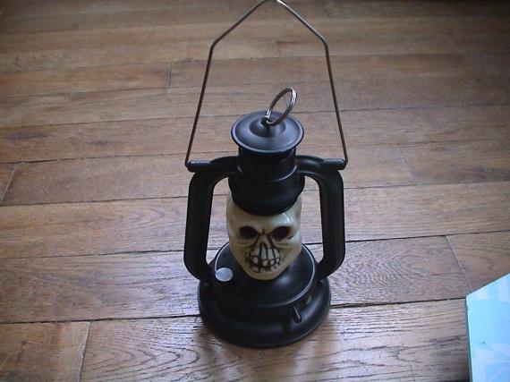 petite lampe tete de mort pour halloween 5 euros jouets. Black Bedroom Furniture Sets. Home Design Ideas