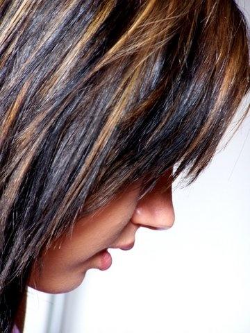 coloration chatain foncé sur meches blondes