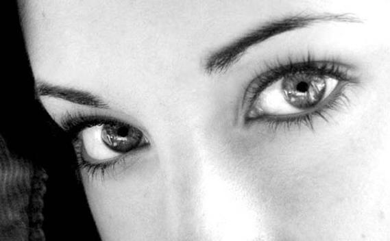 Beau-regard-femme-noir-et-blanc