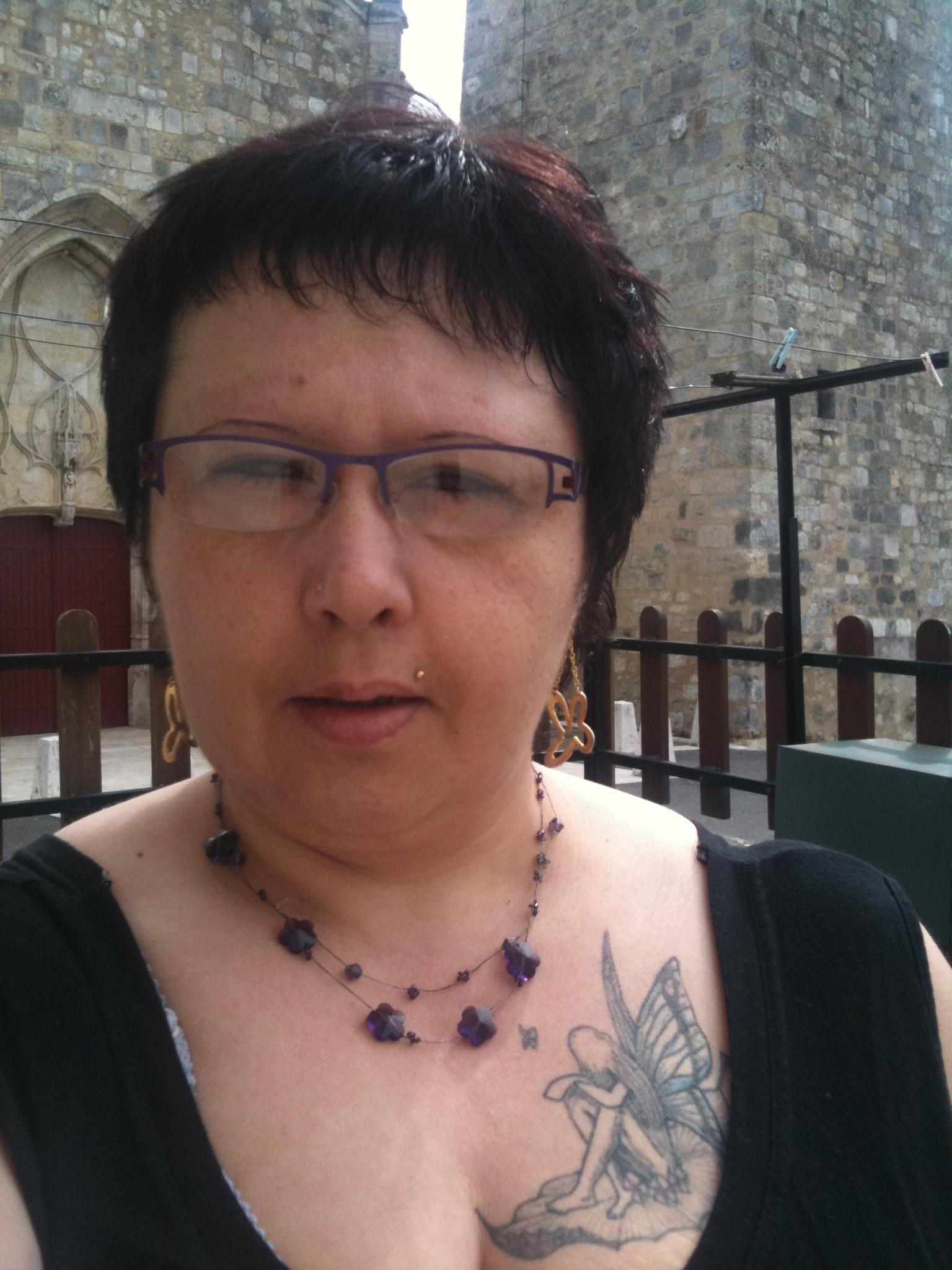 Coupe de cheveux courte pour femme avec lunette