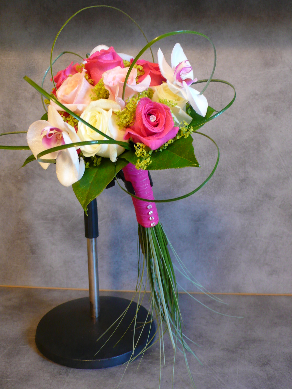 bouquet mari e roses orchid e baergrass fleurs mariage. Black Bedroom Furniture Sets. Home Design Ideas