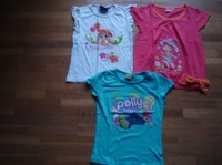 tee shirt excellent état : bleu polly pocket 3€, blanc pets shop 2€, rose charlotte aux fraises 3€