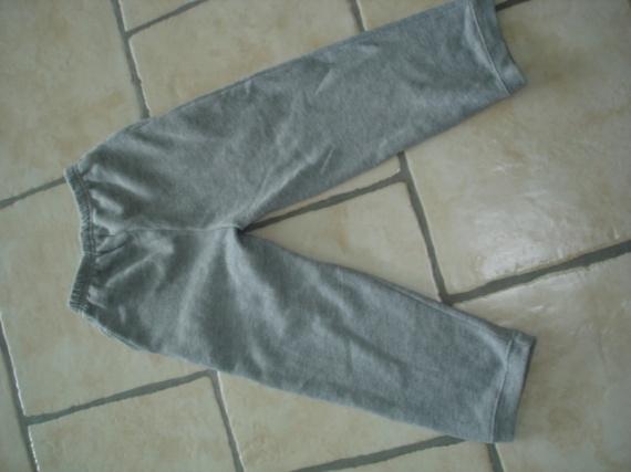 pantalon de survêtement gris clair 6 ans 3 €