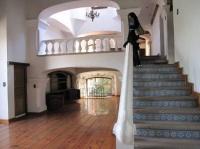 vue depuis salon : en bas sous arche salon TV, en haut sàm et entrée à droite en haut escalier