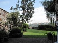 jardin très bien entretenu avec fontaine, oranger, citronnier, bougainvillier...