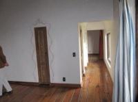 vue depuis chbre clémence avec sdb entre les 2 chambres et baie vitree vue depuis jardin