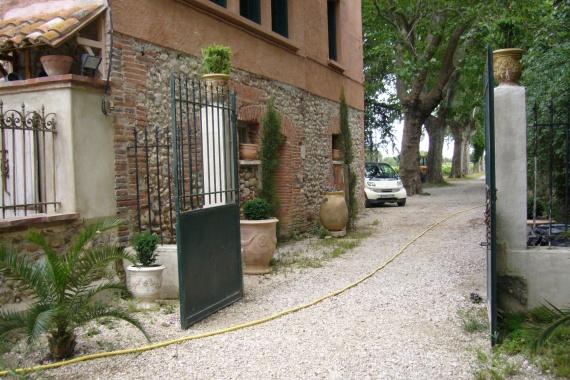 Vue sur entrée (entrée ds allée d'arbres depuis la route) la batisse à gauche est le gîte