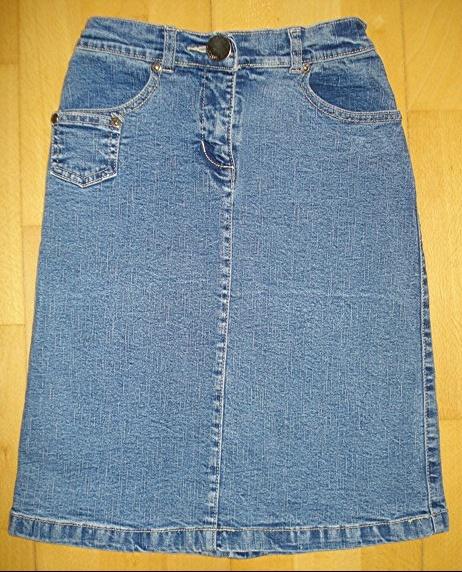 jupe en jean marquée 10 ans mais taille 8 ans réglable : 5 euros.