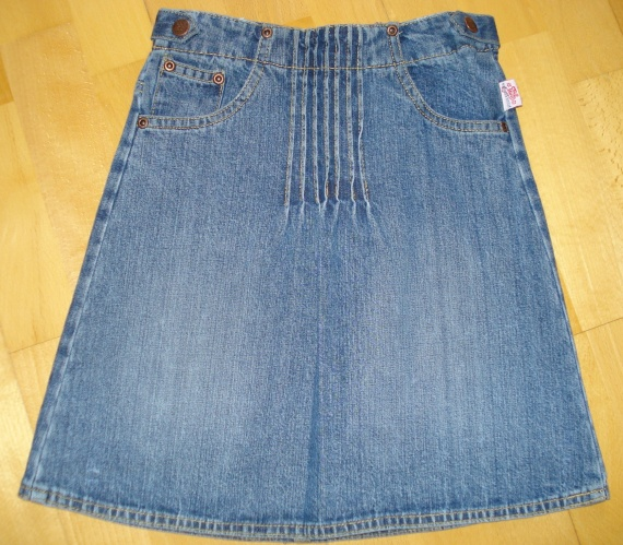 jupe en jean vynil fraise portée 1X 6 ans : 4 euros.