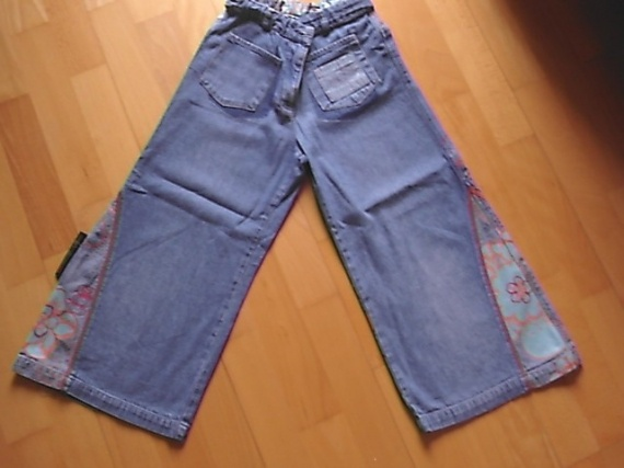 pantalon trés évasé DDP 10 ans mais taille 8 ans (peut-être porté en pantacourt à 10 ans) : 3 euros.