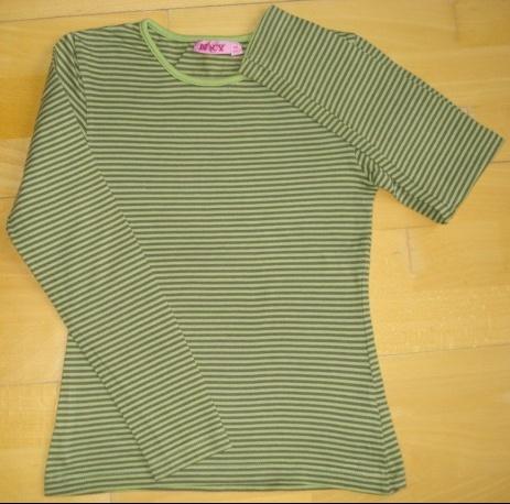 tee-shirt rayé tons kakis 10 ans : 4 euros.
