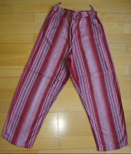 pantalon rayé phénoméne de mode 10 ans : 4 euros.
