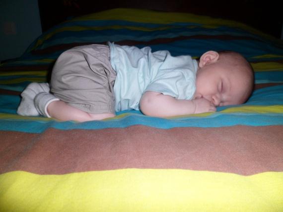 Dodo sur le lit de papa et maman