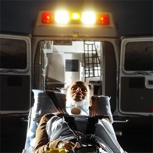 accident-victime-mensonge-gurney-derriere-ambulance-~-stk157175rke